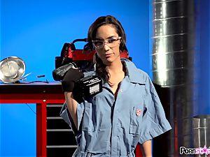 vag fumbling mechanic Tia Cyrus