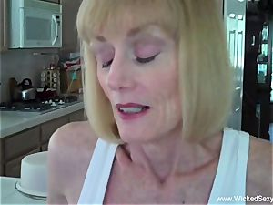 sonnie convinces mother To creampie